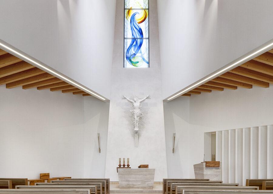 FavrinDesign-Capitana-Mar-interni-aula-chiesa-altare-vetrata