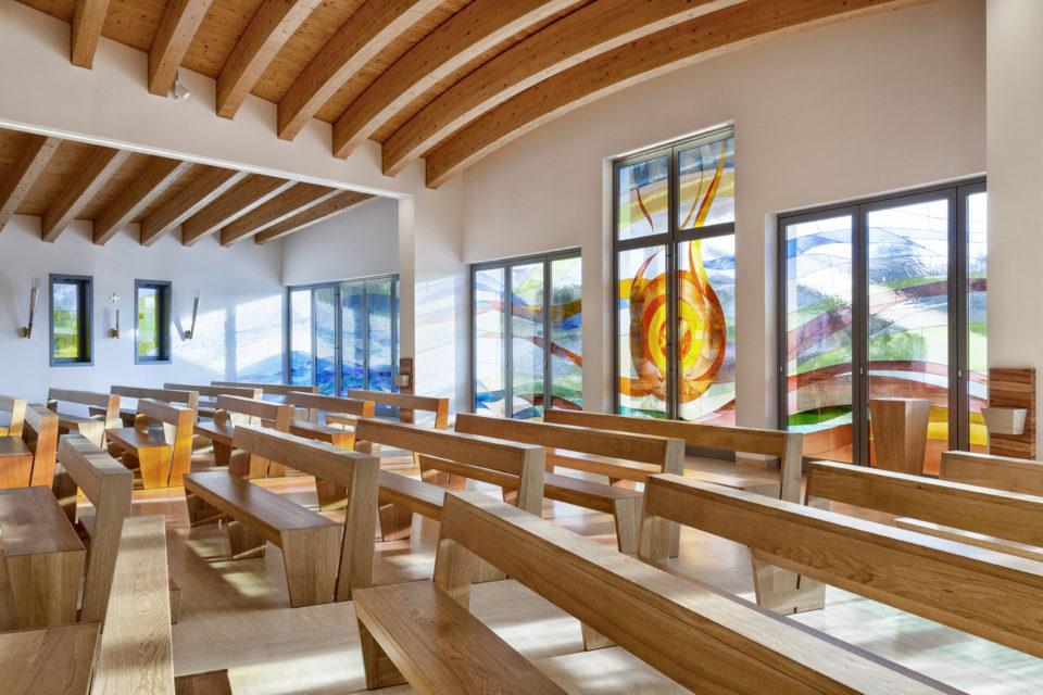 FavrinDesign-Capitana-Mar-interni-aula-chiesa-banchi-rovere