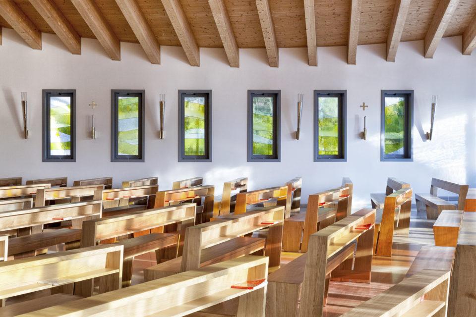 FavrinDesign-Capitana-Mar-interni-aula-chiesa-banchi-vetrate-finestre