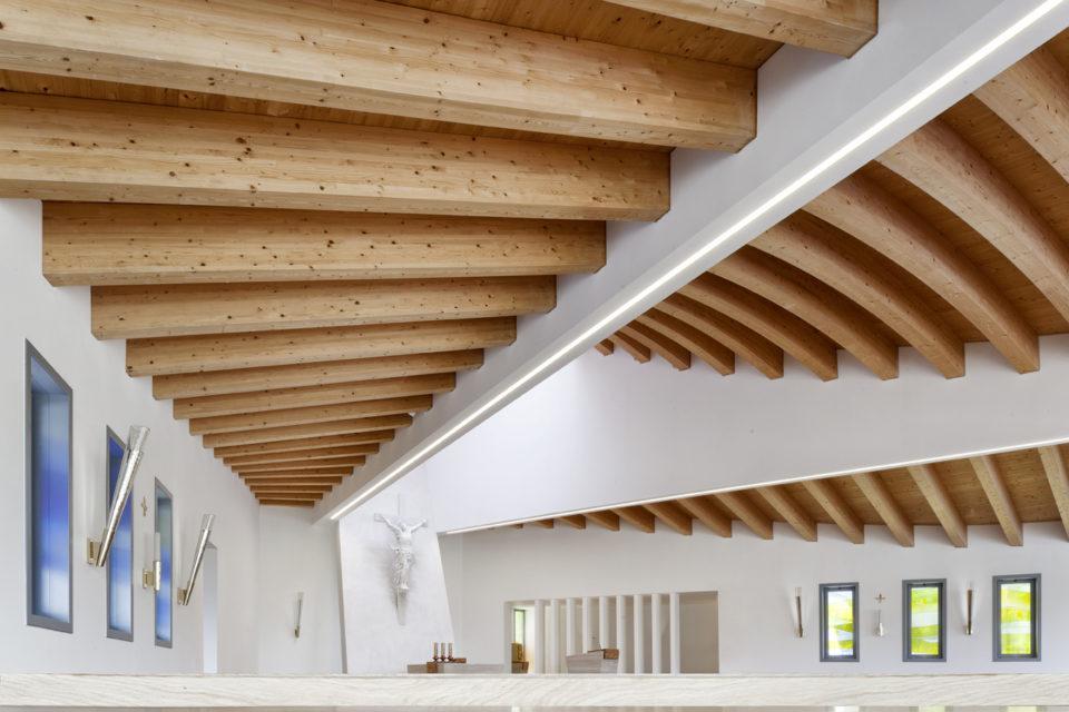 FavrinDesign-Capitana-Mar-interni-aula-chiesa-finestre-laterali-lanterne