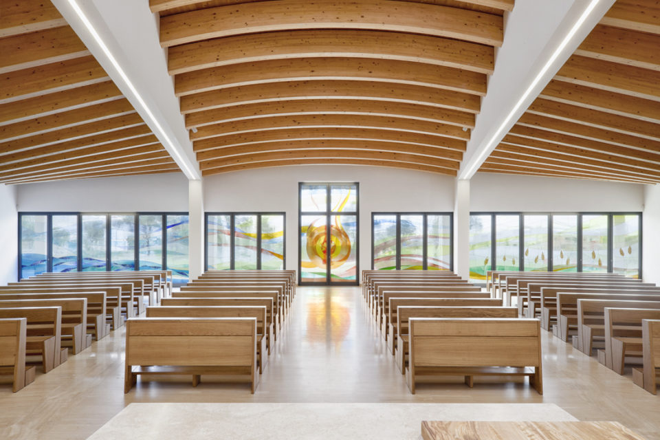 FavrinDesign-Capitana-Mar-interni-aula-chiesa-vetrate