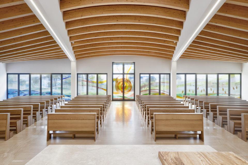 FavrinDesign-progetto-vetrate-chiesa-interno-aula-centrale-sole