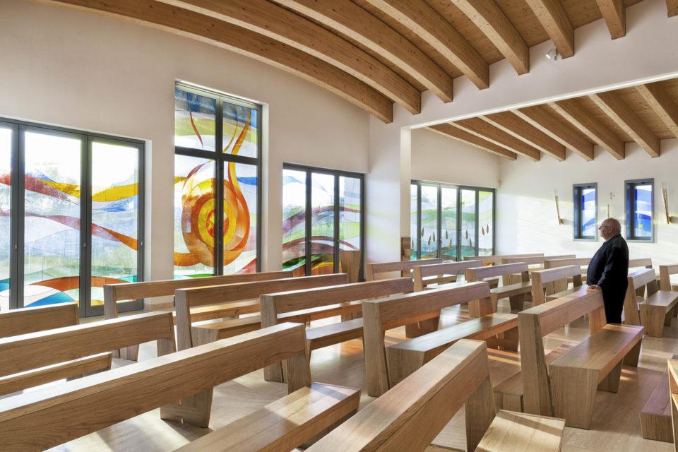 FavrinDesign-progetto-vetrate-laterali-chiesa-interno-aula