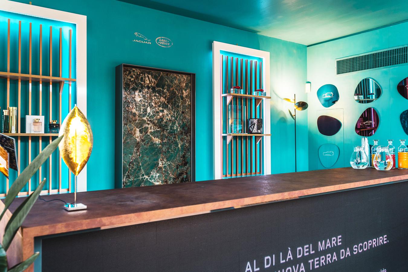 Le Sirene di Forme d'Acqua nella Jaguar Land Rover Summer Lounge in Costa Smeralda